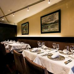 【12名様まで テーブル席】自慢のメインフロアに白いクロスになめらかなベルベットのシートで、シックな雰囲気になっております。お昼には柔らかな光溢れる空間で、夜には夜景を見ながらの少し大人な空間でお食事会をお楽しみいただけます。