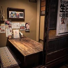 4名様の御座敷個室席。お席は戸で仕切ることができるので、周りに気兼ねなくゆっくりとお食事やお酒をお楽しみいただけます。友人との飲み会やご家族でのお食事にもオススメです◎