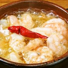 料理メニュー写真熱々アヒージョ(海老・マッシュルーム・牡蠣・シラスとネギ)