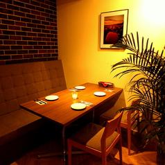 ゆっくりとお食事とお酒が楽しめる片面ソファーのお席です。