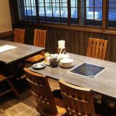 扉で仕切られるテーブル個室。