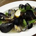 料理メニュー写真厚岸産アサリと三陸産ムール貝のガーリックワイン蒸し~アンチョビバターの香り~