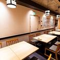 【2F:テーブル席】少人数様での飲み会などに最適、気軽に使えるテーブル席を設けております。こちらのお席はご利用の人数に合わせて柔軟な対応が可能となっております。