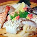 料理メニュー写真寿司盛合せ(鮪・鯛・サーモン・海老・帆立・イカ・穴子・旬魚)