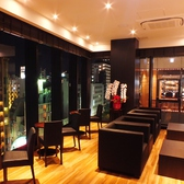 お食事の後の珈琲を楽しめるサロンスペース。神戸三宮の夜景を見ながらゆったりとした時間を過ごせます。