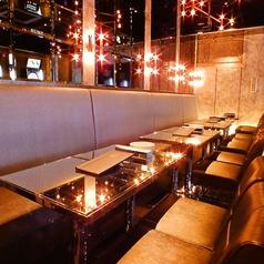 【壁側ソファー席】ダーツフロアに併設されたソファー席。豪華シャンデリアの下ラグジュアリーな空間でダーツと本格イタリア料理をお楽しみください。
