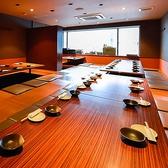 【各種お集まりに!プライベート感あふれる宴会個室】幹事様必見!!最大50名様までご宴会可能!壁・扉付の完全個室!プライベート感たっぷりにお過ごしいただけます。足を伸ばせる掘りごたつ席だからゆったりおくつろぎいただける点も魅力!人数に合わせてテーブルを繋いで、一体感のあるお席をお作りします◎