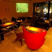 昼はカフェとして、夜はダイニングとして利用される。上質の空間は、昼と夜で違った一面を見せる。