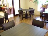 シックで落ち着いたテーブル席。4名席×8卓