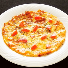 料理メニュー写真トマト&チーズピザ/もち明太ピザ/味噌まよチキンピザ/ポテト明太マヨチーズ焼き