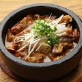 料理メニュー写真石鍋 名物 牛スジ煮込み豆腐
