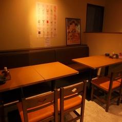 ゆっくり寛げるテーブル席も人気です。