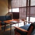 ランチタイムも営業中!窓際の席は明るく開放的な空間。ゆったりソファー席で話も弾む♪