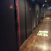 個室が並ぶ店内は、他のお客様からは見えないよう扉がしっかりついており、お客様のプライベート宴会をより一層お楽しみ頂けます。