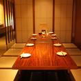 6名様~最大10名様までの利用可能な宴会個室を完備しております。お座敷タイプの個室は、会社同僚の宴会や接待での人気が高く、足を延ばしてゆったりくつろげると好評です。しゃぶしゃぶ等は、スタッフが極力、取り分けのお手伝いさせていただきます。出来る限り料理長、もしくは、熟知したスタッフが丁寧に接客します。
