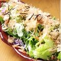 料理メニュー写真手作り豆腐の入った静岡浜松サラダ