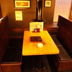 座りやすいテーブル席もお気軽に。