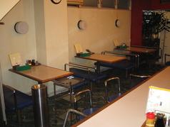 1階テーブル、カウンター24席