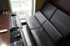 PC二台完備しているペアソファ席フラットにもなるよ