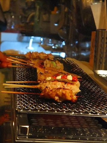 毎日新鮮な国産鶏を、県内加工場から直送。1本、1本手刺しで打った串焼きは絶品。