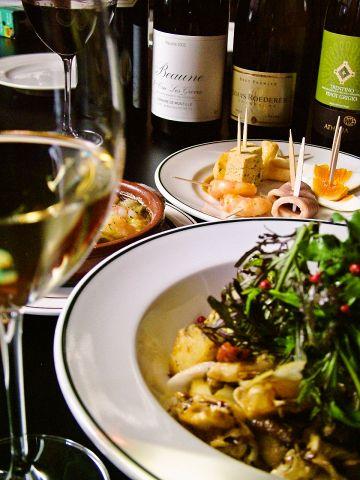 種類豊富な欧風小皿料理とワインを楽しむ