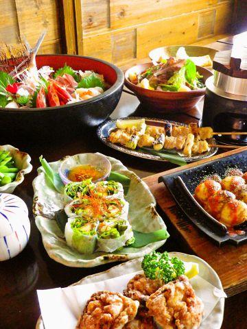 鳥取地鶏ピヨや宮崎地頭鶏など選りすぐり地鶏料理が味わえます。海鮮料理もあります。