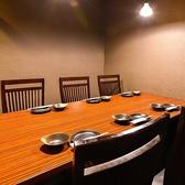 【少人数でのご宴会に!】一番人気のテーブル個室は最大6名様まで対応可能です!壁・扉ありの完全個室となっております。接待やご家族の集まり、また少人数のご宴会にとシーンに合わせてご利用ください!(2名~6名様席)