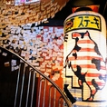 階段にはたくさんの名刺が!