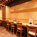 【「対面ではなく、横並び!」に座れるカウンターもあります】厨房とカウンター席も壁で完全に仕切られています。会社帰りにもお気軽にお立ち寄り下さい。