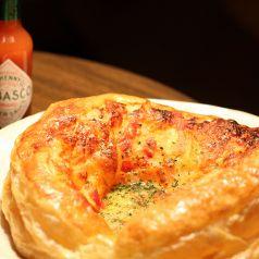 料理メニュー写真ベーコンとトマトソースのパイ生地のピザ
