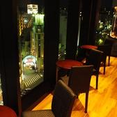 窓際のサロンスペース。夜景を独占できるスペースです。
