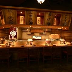 九州の古民家を思わせる雰囲気の店内。カウンター席はお1人でもOK!町田での居酒屋宴会なら、博多道場にお任せください。40名様以上の貸切宴会や個室での小規模宴会、合コンなどご相談ください。お席のご利用は御早目がおすすめです