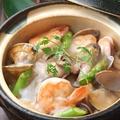 料理メニュー写真どっさり海鮮の贅沢土鍋御飯