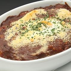 料理メニュー写真チーズと半熟玉子の焼きカレー