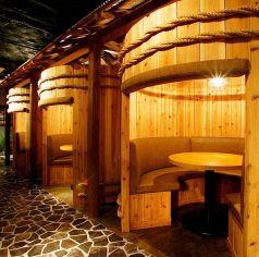大き酒樽をモチーフに赤杉で作られた大樽個室(円卓テーブル席)♪