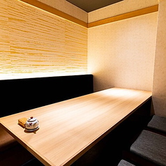 【個室席も多数完備】2階席にて2名様からご利用頂ける個室を多数設けております。気軽なディナーデートを始め、飲み会やライトな接待など様々なシーンに合わせてご利用頂けます。
