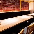 【総席数50席】落ち着いた雰囲気の店内は、ご宴会からご接待までと多彩なシーンに合わせてご活用頂けます。お席の種類もテーブル席やカウンター席、個室と様々なタイプのお席を設けております。