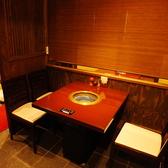 ボックスで囲ってあるテーブル席は大人のカップルデートにも大人気♪