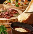 料理メニュー写真自家製ローストビーフと季節野菜のデミグラス&ラクレットチーズフォンデュ