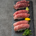 料理メニュー写真肉寿司三貫盛り