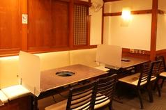 隣席の間には間仕切りを設置し、テーブル席でも一人一鍋で対応致します。