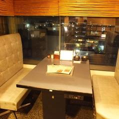 半個室のテーブル席で夜景を眺めながらゆったりと…