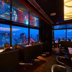 昼・夕方・夜…そのときそのときの素敵な景色をご堪能いただけます。窓際席はもちろん、フロアのお席ではパノラマビューで変化していく美しい空の色をお楽しみください。