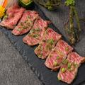 料理メニュー写真牛ロースの厚切りカルパッチョ