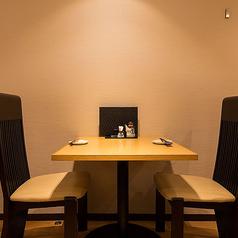 2名様専用のお席では、会話も弾む空間をご提供。お料理にお酒に店内を楽しんでいただけるテーブル席となっております。大切な友人や恋人と一緒にゆっくりたまには過ごすのもいいですね♪