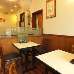 店内はテーブル席をメインにしつらえております。(写真はそれぞれ2名席テーブル。席の結合可能です。