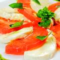 料理メニュー写真完熟トマトと生モッツアレラチーズのカプレーゼ