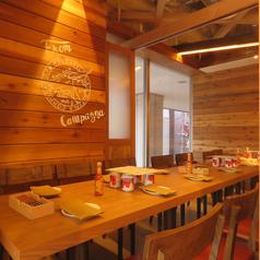 店内の落ち着いた雰囲気を作り上げるのに重要なのが木を基調としたインテリア。テーブルも椅子も木のぬくもりを感じられる可愛らしいデザインとなっています♪