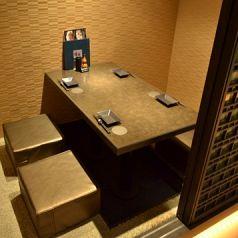 駅チカの個室居酒屋 楽蔵 神戸三宮店ではデートや会食など少人数向け、女子会・合コンや飲み会など10人前後向け、各種宴会やお祝いの席向けの宴会用個室など、和モダン調の大小完全個室を多数完備しております。席のみの予約も承りますので、シーンを問わず是非当店をご利用ください♪