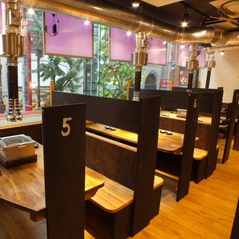 家族での食事にも仲間内での宴会にも最適!4名テーブル席がズラリと並んでいます☆※写真は系列店です